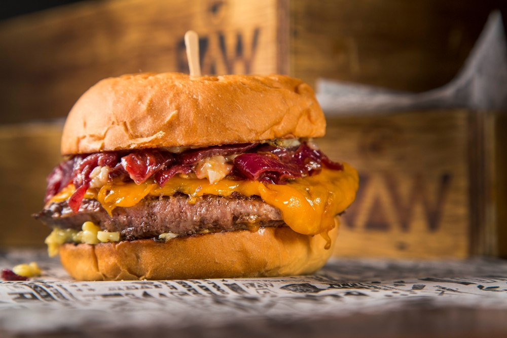 Raw_ Wagyu Beef Burger_ R$39_Pao, burger de wagyu 200 g, cheddar ingles, cebolas tostadas e curtidas no vinho tinto e maionese de alho assado_