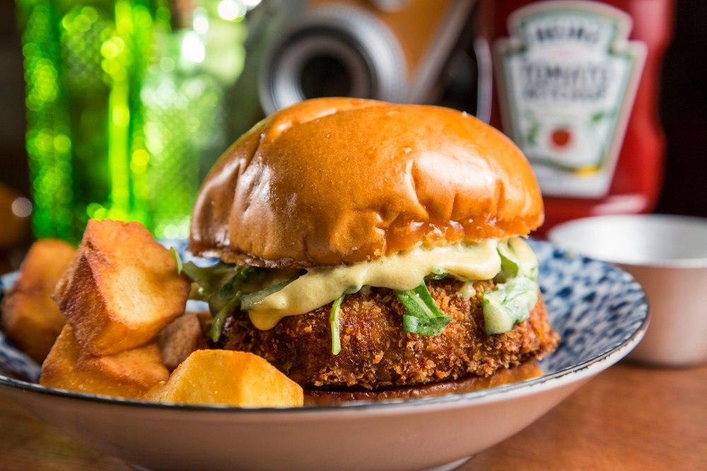 So Shots_ Dutch Cow_R$32_ burger de bitterballen (croquete holandes) com rucula, molho de mostarda dijon no brioche tostado e batatas bravas,